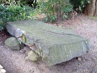 破壊された神聖歌碑の碑石
